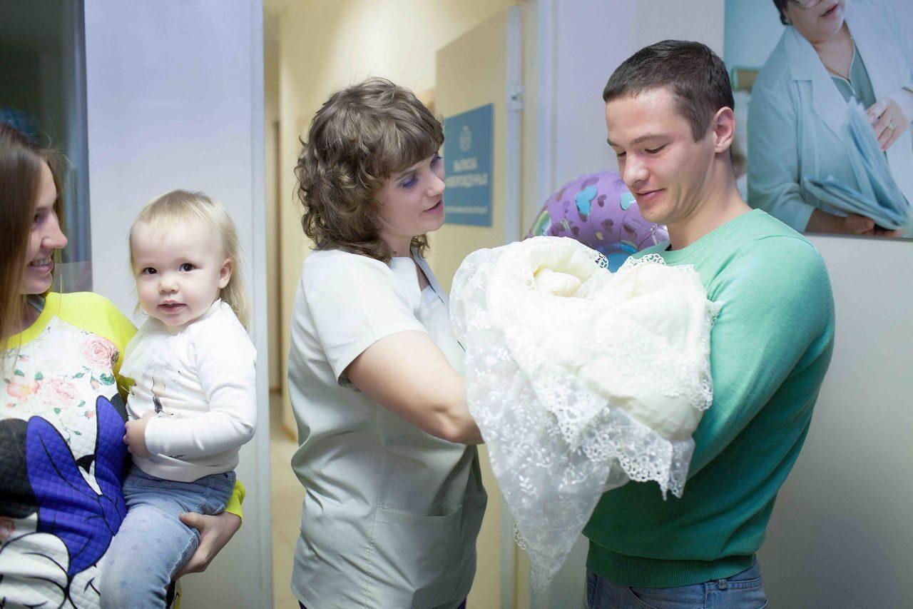 Выписка ребенка с роддома фото